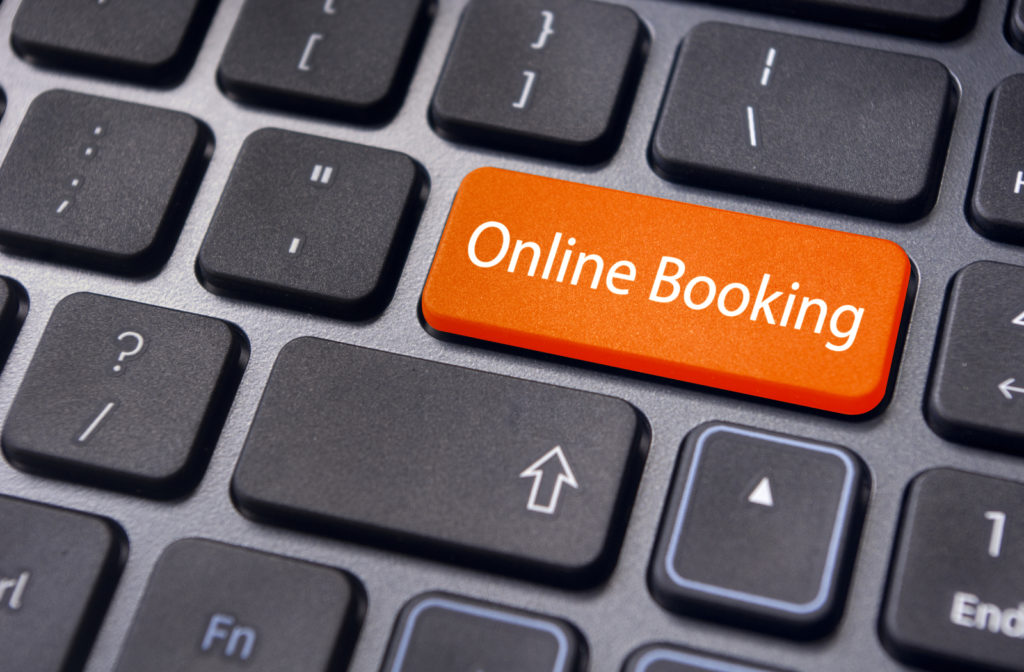 """Laptop keyword with """"online booking"""" key in red"""